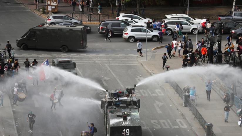 Cañones de agua y gas lacrimógeno: choques entre manifestantes y policías en una nueva jornada de protestas en Chile