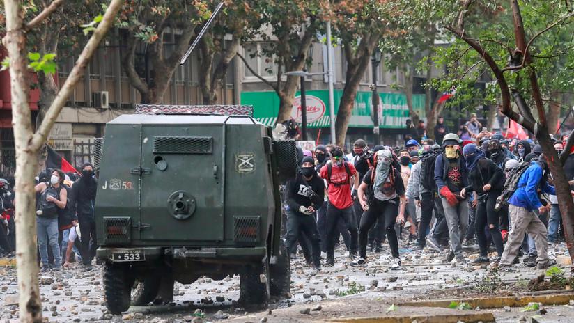 VIDEO: Momento en que una patrullera de Carabineros atropella a un peatón en Chile
