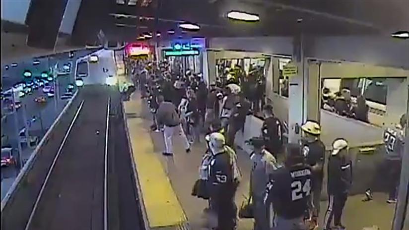 VIDEO: Cae a las vías del metro y un empleado lo salva de ser arrollado por una fracción de segundo