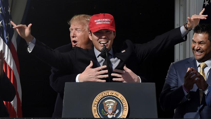 VIDEO: Trump recrea el icónico momento de 'Titanic', al abrazar a una estrella del béisbol y estallan las redes