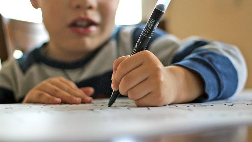 FOTO, VIDEO: Un niño de 9 años, regañado por dibujar en clase, decora un restaurante