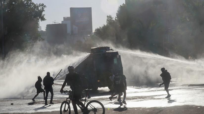 Con cañones de agua reprimen en Santiago de Chile la 'marcha del millón de máscaras'