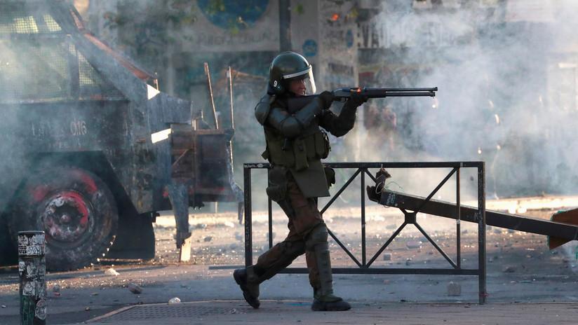 """""""Una dictadura encubierta"""": Manifestantes condenan la represión policial en Chile que también sufre el equipo de RT"""