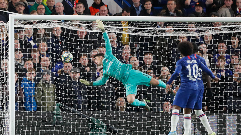 VIDEO: El portero español del Chelsea marca un autogol con el rostro y provoca las burlas de uno de sus compañeros de equipo