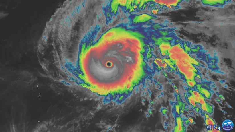 El tifón Halong se convierte en uno de los más potentes jamás observados por satélite, con vientos de 300 km/h