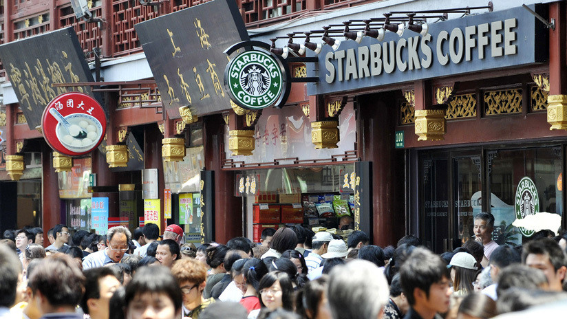 VIDEO: Se salvan por centímetros de que una ventana caiga sobre sus cabezas en la terraza de un Starbucks