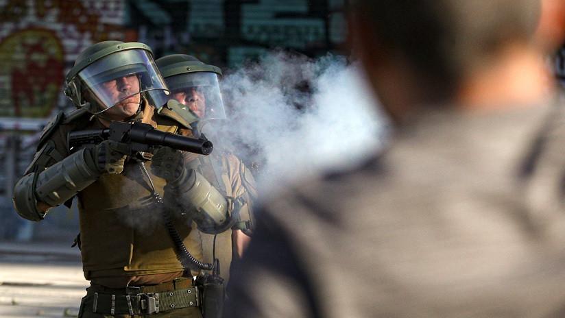VIDEO: Un carabinero de Chile usa de escudo humano a un adolescente de 13 años para disparar lacrimógenas