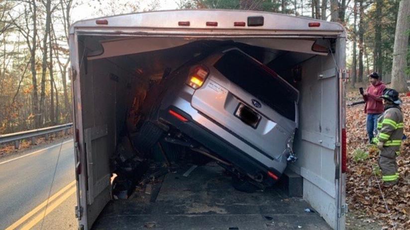 FOTO: Una mujer queda atrapada tras atorar su automóvil en el remolque de un camión