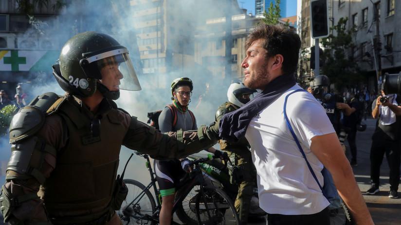 Carabineros desalojan a manifestantes en una nueva jornada de protestas antigubernamentales en Chile
