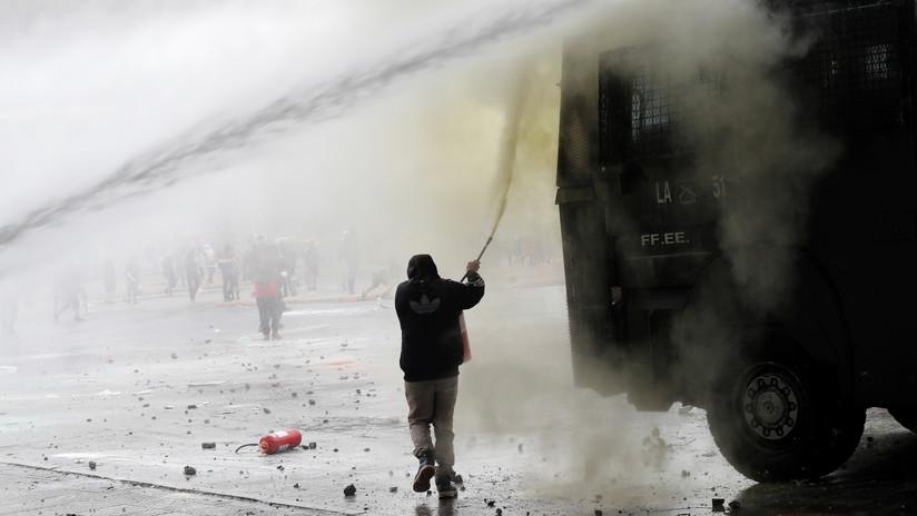 VIDEO: Carabineros reprimen con tanquetas de agua y perdigones a manifestantes en Santiago de Chile