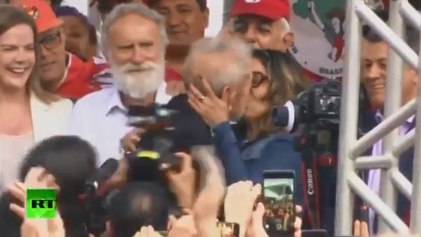 VIDEO: Lula anuncia que se casa y besa a su prometida tras salir de prisión