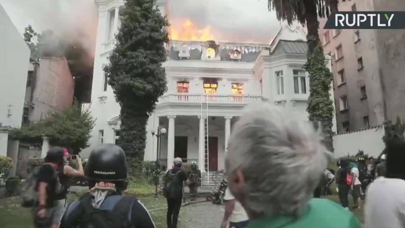 """""""Pérdida gigantesca"""": se incendia una universidad en Santiago de Chile en medio de las protestas (VIDEO)"""