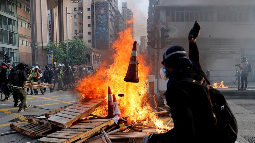 Prenden fuego a un hombre por discutir con manifestantes en Hong Kong (VIDEO)