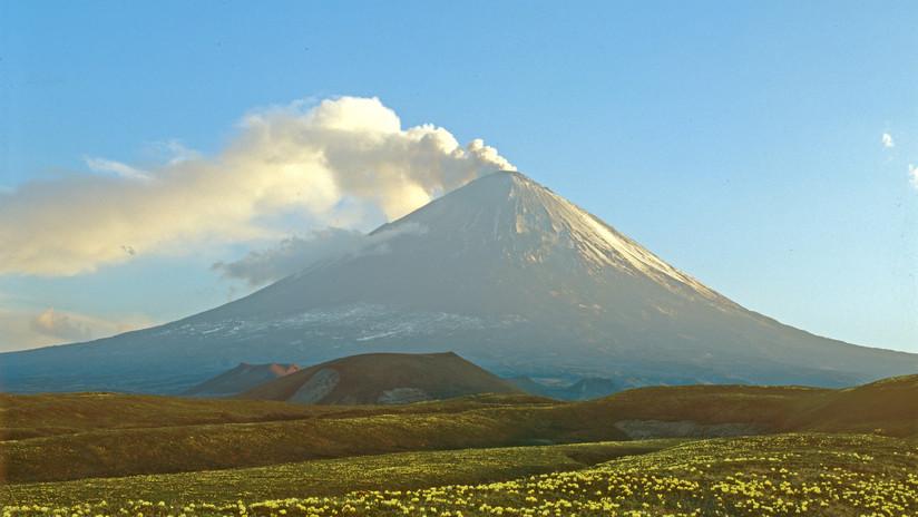 Entra en erupción el volcán activo más alto de Eurasia
