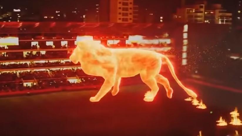 VIDEO: Un gigantesco 'león de fuego' irrumpe en un estadio de fútbol de Argentina