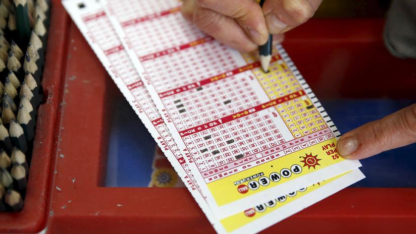 Dos compañeros se vuelven millonarios jugando a la lotería gracias a su mala memoria