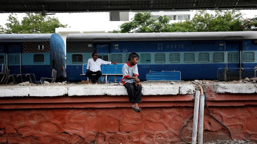 VIDEO: Dos trenes de pasajeros chocan frontalmente en la India dejando varios heridos