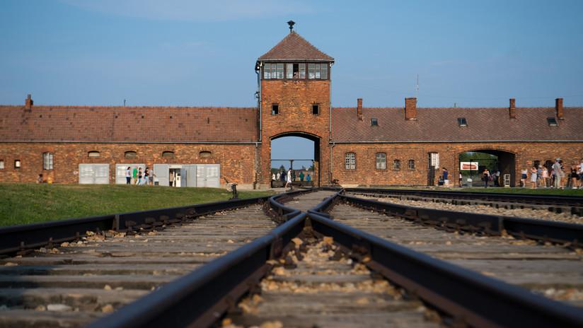 Un bloguero pide perdón por la fotografía de un pato de goma en los raíles del campo de concentración de Auschwitz