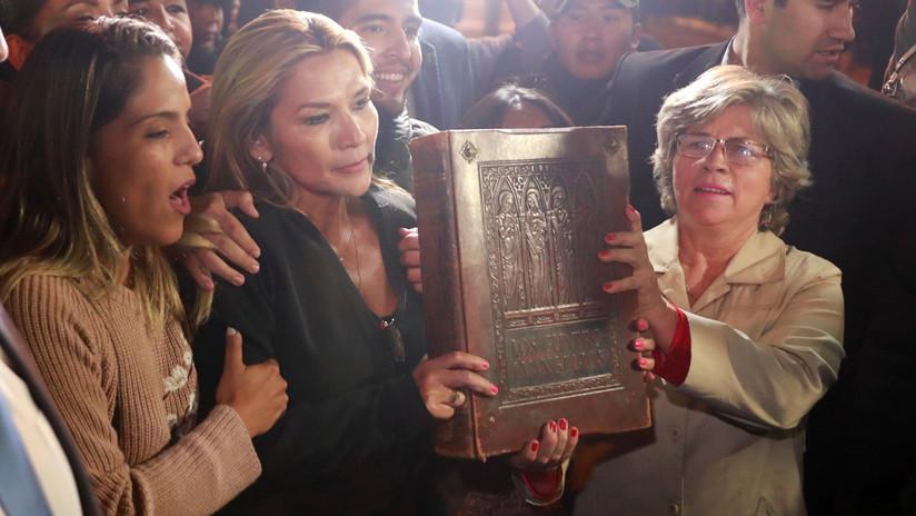 """""""La Biblia vuelve a Palacio"""": Jeanine Áñez tras autoproclamarse presidenta interina de Bolivia"""