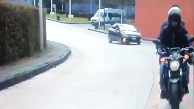 Dos hombres armados irrumpen en moto en una universidad mexicana para asaltar a un empleado (VIDEO)