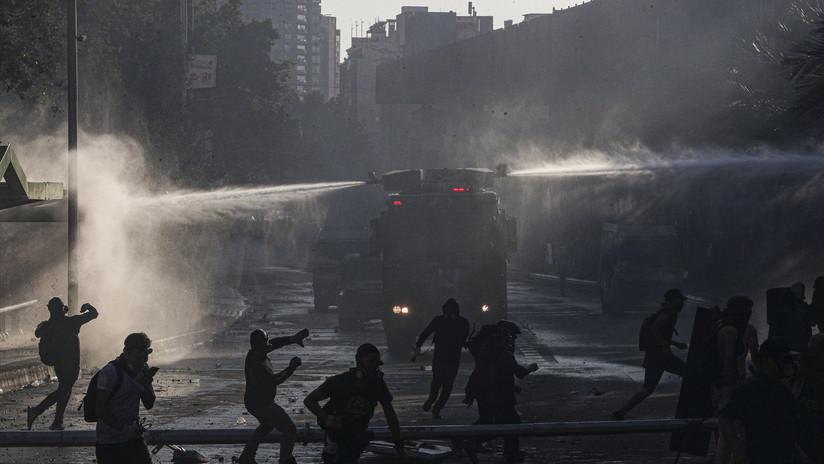 Filman el ataque a un camión de Carabineros de Chile desde dentro y fuera del vehículo (VIDEO)