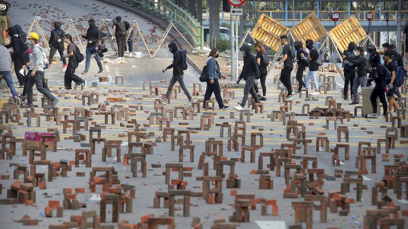 Protestan en Hong Kong con arcos y flechas contra la policía