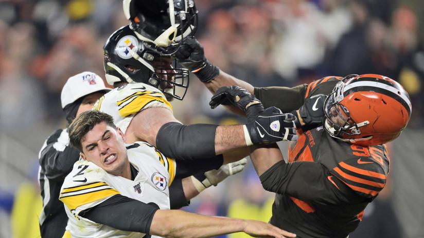 VIDEO: Un jugador de la NFL le arranca el casco a un rival y lo golpea con él en la cabeza en una brutal pelea en pleno partido