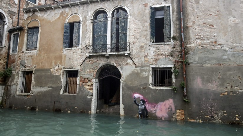 El 'niño migrante' de Banksy se hunde junto con Venecia en la segunda peor marea alta en su historia - RT en Español