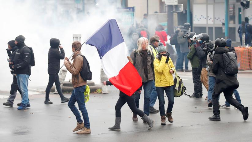 VIDEO: La Policía usa gases lacrimógenos y cañones de agua contra los 'chalecos amarillos' tras un año de protestas