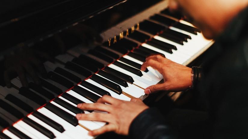 Médicos italianos extirpan un tumor cerebral a un músico mientras tocaba el piano