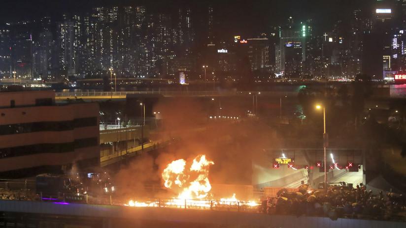 La Policía de Hong Kong irrumpe fuertemente en una universidad tomada por manifestantes