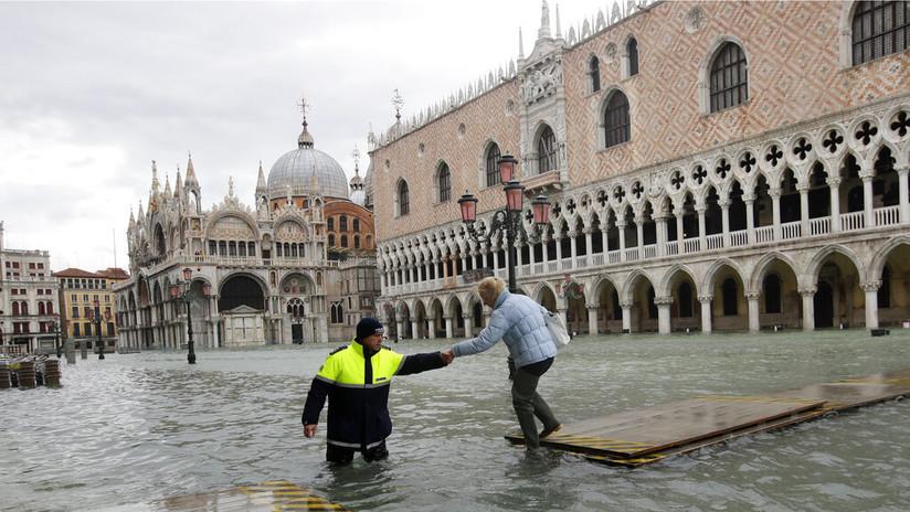 Venecia se inunda por tercera vez en menos de una semana por una marea récord