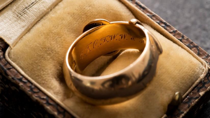 El 'Indiana Jones del arte' recupera el anillo de oro de Oscar Wilde, robado en 2002