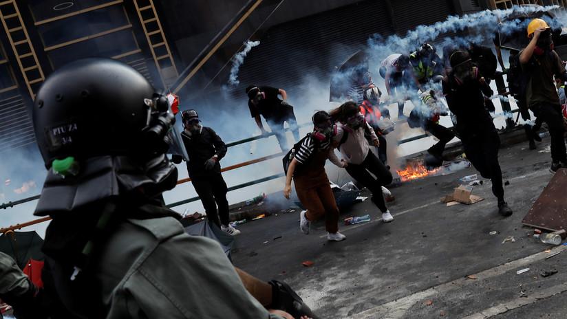 VIDEO: Manifestantes lanzan una lluvia de ladrillos y piedras a una ambulancia en Hong Kong para liberar a una arrestada - RT en Español