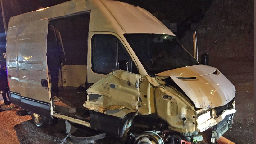 Una furgoneta con 52 migrantes irrumpe en Ceuta tras pasar la valla a gran velocidad