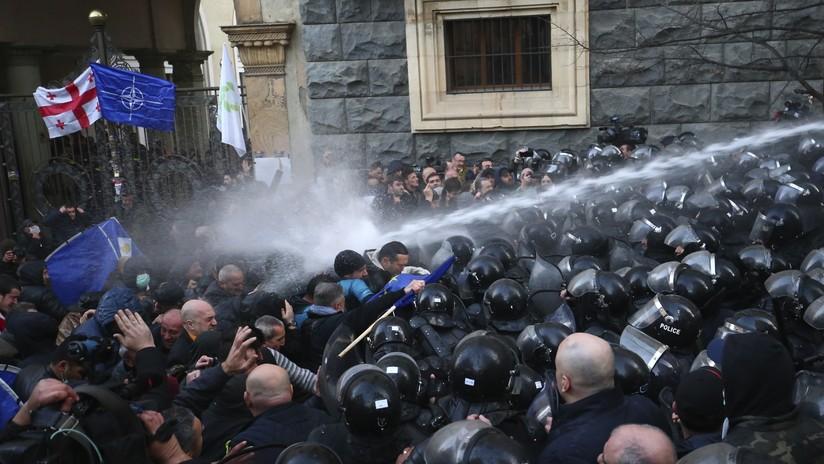 VIDEO: Policía antidisturbios de Georgia usa cañones de agua para dispersar a manifestantes
