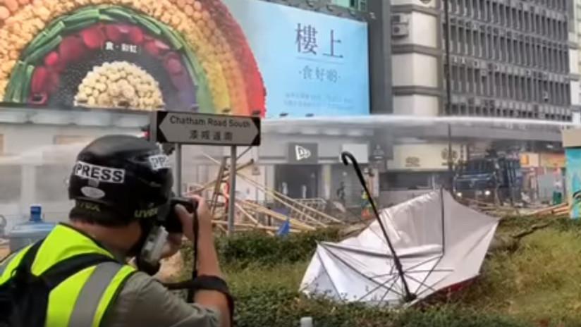 VIDEO: La Policía de Hong Kong derriba a un reportero con un cañón de agua