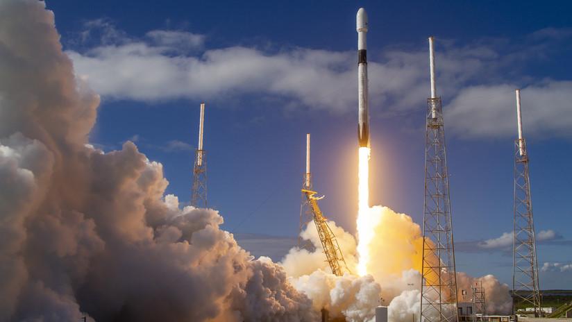 """""""El hombre que contaminó los cielos"""": Astrónomos denuncian que los satélites Starlink de Elon Musk ciegan los telescopios terrestres"""