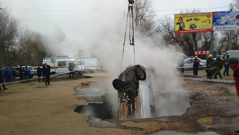 VIDEO: Dos hombres mueren abrasados en un auto que cae de repente en un socavón lleno de agua hirviendo