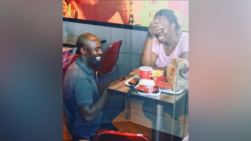 Le pide la mano en un KFC, el video se hace viral y empresas de talla mundial ofrecen patrocinar la boda de sus sueños