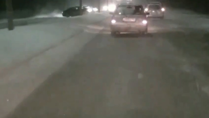 VIDEO: Un automóvil derrapa en la nieve en plena carretera en Siberia y embiste a otro vehículo a contramano