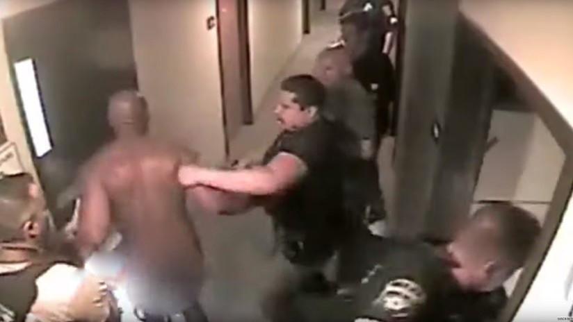 VIDEO: Policías sacan desnudo de una habitación de hotel a un secuestrador durante la operación de rescate de una niña de 8 años
