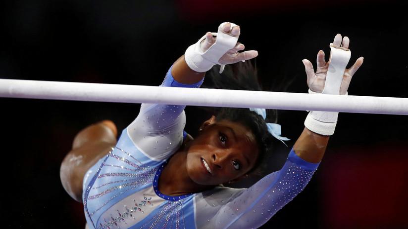 La gimnasta Simone Biles critica duramente un cartel con una broma sobre el pedófilo que abusó sexualmente de ella