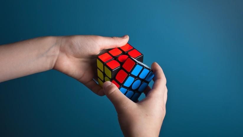 Así reacciona al perder contra su gemelo por una milésima de segundo en un campeonato mundial de cubo Rubik