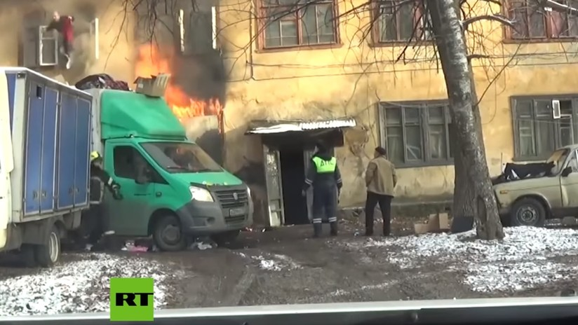 VIDEO: Agentes de carreteras rusos descubren un incendio y salvan a los afectados con la ayuda de un camión