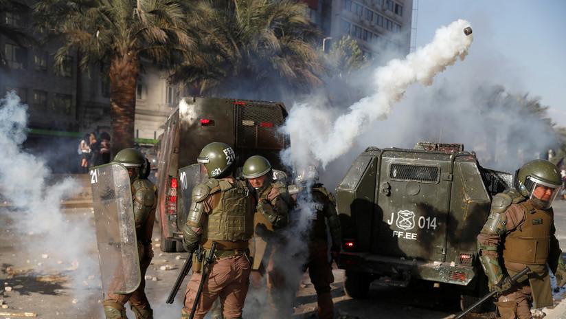 Carabineros dispersan con gases lacrimógenos una manifestación para exigir mejoras para jubilados en Chile