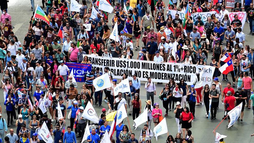 Manifestantes intentan ingresar al Congreso en Chile y son dispersados por Carabineros