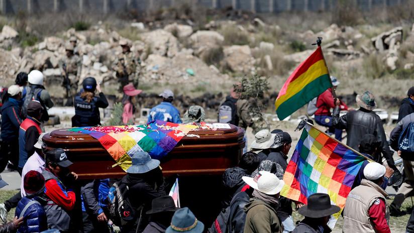 Policía reprime con gas lacrimógeno la protesta en La Paz donde llevaban los féretros de víctimas de Senkata