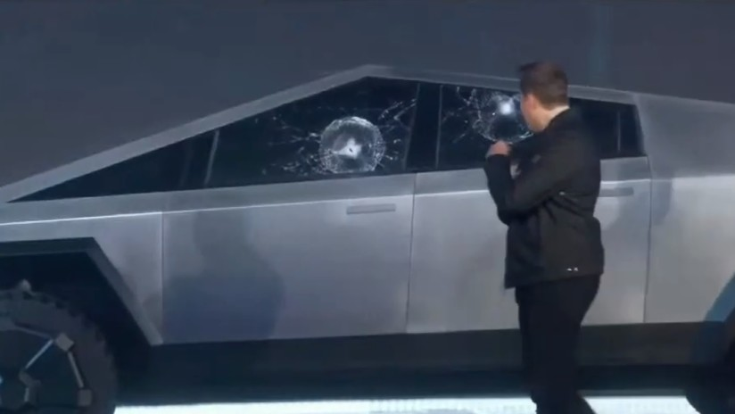 """VIDEO: Elon Musk sufre un incómodo momento al romperse el """"vidrio blindado"""" del Cybertruck durante las pruebas y en plena presentación"""