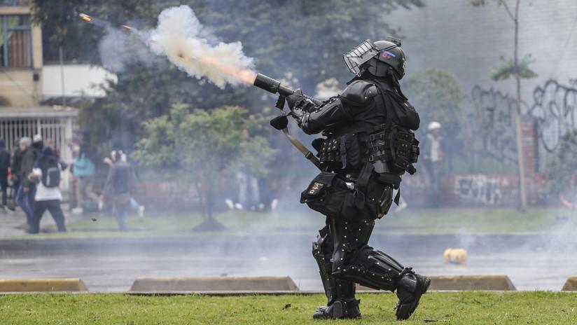 Policía colombiana lanza gases lacrimógenos a manifestantes durante el 'cacerolazo' en Bogotá